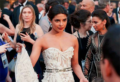 Oscars 2016 – Priyanka Chopra stuns red carpet in an elegant gown