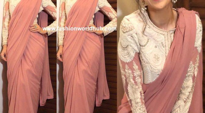Karisma Kapoor in Dusty rose pink plain saree by Varun bahl!