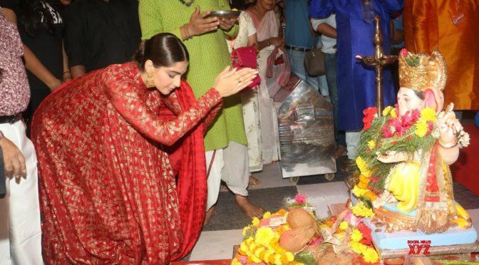 Sonam Kapoor at Andheri Cha Raja Ganesh pandal
