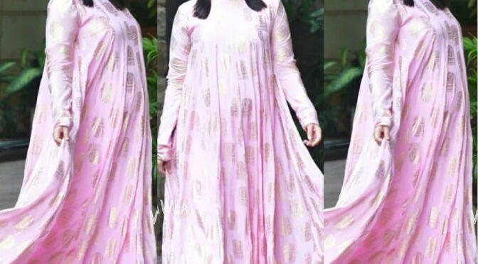 Kareena kapoor flaunting her baby bump in pink maxi dress!
